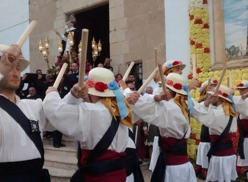 """El """"Ball dels Bastons de Teulada"""" del Grup de Danses Font Santa, un símbolo de la fiesta grande"""