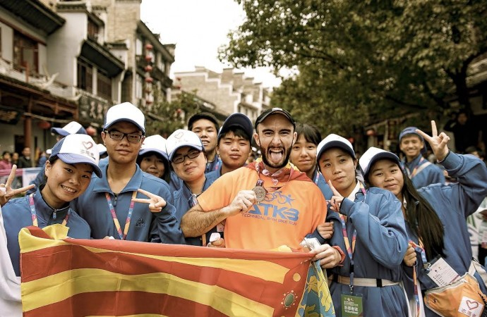 Estudiante, profesor, atleta, modelo y actor, el joven calpino Santi Ferrando a la conquista de China
