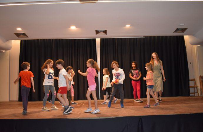 Nos colamos en los ensayos del grupo Infantil de L´Escola Municipal de Teatre de Teulada