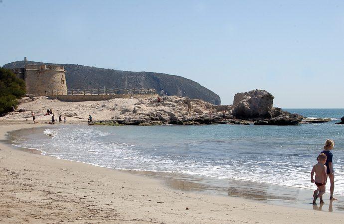 L´Ampolla, la playa más cosmopolita de Teulada Moraira