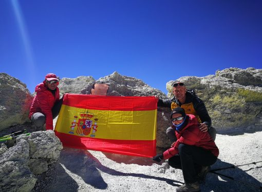 Carolina Trápaga y José Villegas coronan la cima más alta de Irán, Damavand