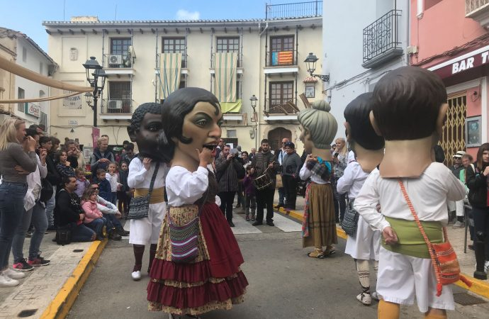 """La """"Feria de Oficios y Productos de la Tierra"""" clausura la V edición de """"Feslalí, Alcacalí en flor"""""""