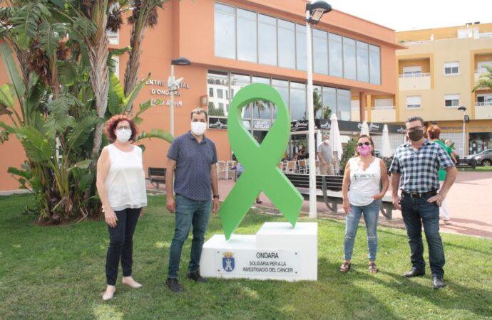 El lazo solidario AECC ya luce frente al Centro Social de Ondara