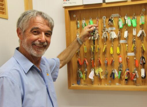 El conserje del colegio público Manuel Bru de Benissa, Marcos Antonio Torres, cuelga las llaves después de 20 años
