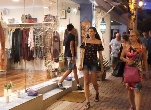 El núcleo urbano de Moraira acoge una nueva edición de la Shopping Night