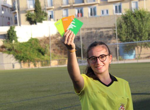 Laura Oller Dalmau, la única mujer árbitro de fútbol base de la Marina Alta