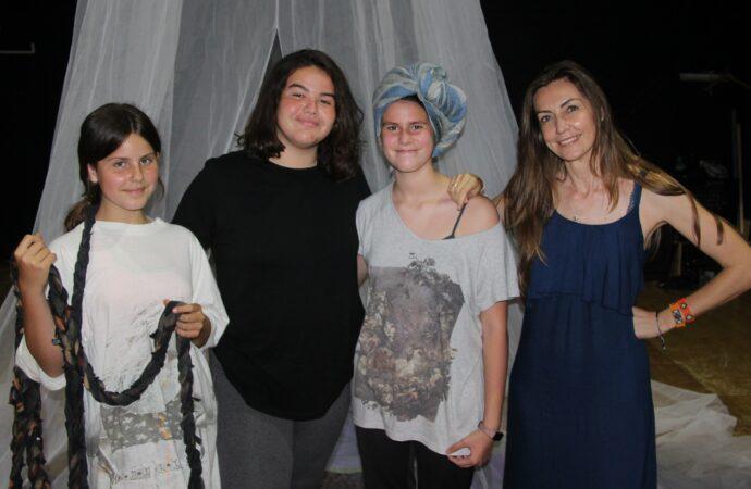 """Tres alumnas de la Escuela Municipal de Teatro de Ondara, las más jóvenes de la 30 Mostra de Teatre Ciutat de Dénia, estrenan hoy """"Cremallera"""""""