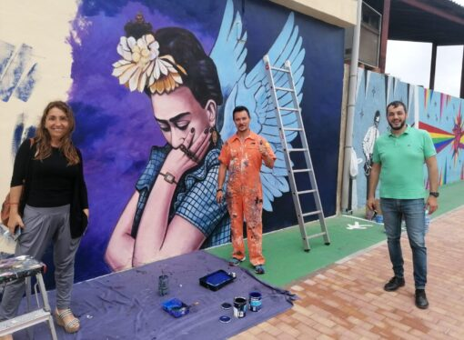 Ondara rinde homenaje a Frida Kahlo con un mural creado por Paco Chika