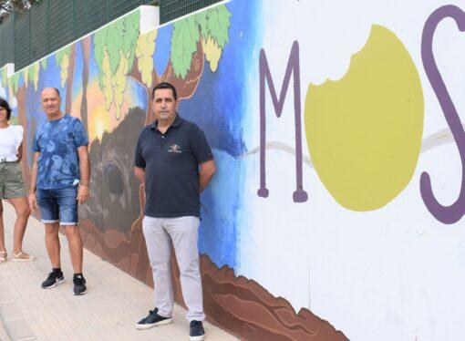 Senija da la bienvenida a sus visitantes con un mural lleno de sus señas de identidad